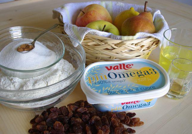 Ingredienti. Prima di tutto sbucciare le mele e la pera, dividerle a spicchi, togliere i torsoli e tagliare a pezzettini.