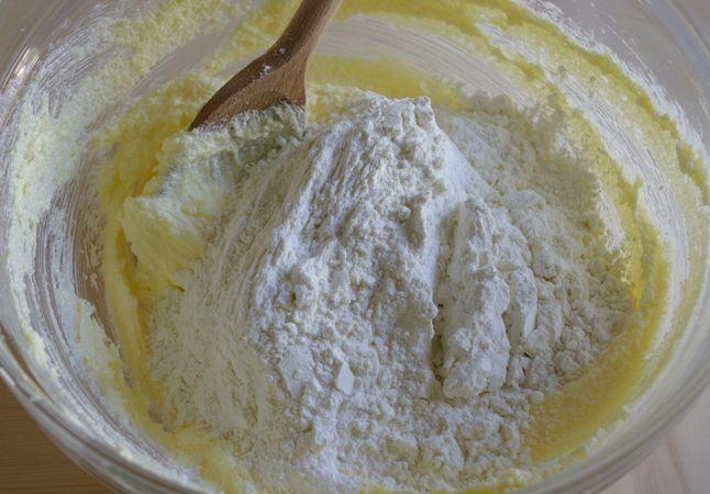 Setacciare in un'altra ciotola le farine, il lievito ed il sale. Montare a neve ben ferma gli albumi con 1 cucchiaio di zucchero