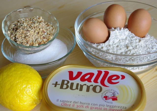 Ingredienti. Setacciare in una ciotola la farina con il lievito ed il sale, poi mescolare anche 50 gr di Nocciole tritate grossolanamente