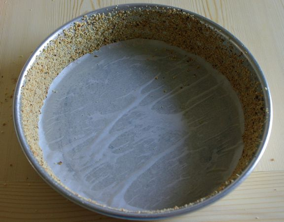 Imburrare bene lo stampo nei bordi e coprire con Nocciole (parte degli altri 50 grammi avanzati) invece che farina
