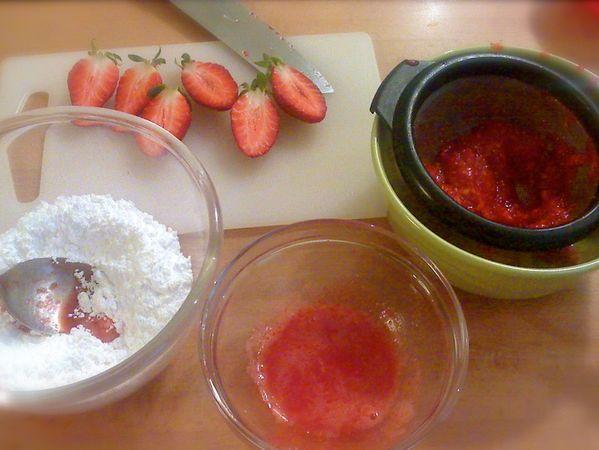 Lasciate raffreddare un'ora nello stampo, poi sformate e mettete a raffreddare del tutto sulla griglia per dolci. Quando la torta è fredda, si può glassare: Lavate e asciugate le fragole e tagliatene 3  a metà, lasciando le foglioline. Frullate i frutti rimasti e unite al succo di limone
