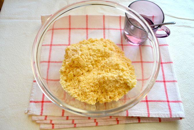 Unite 2 cucchiai di zucchero e la Vallé+Burro. Lavorate velocemente gli ingredienti tra le dita finché assomigliano a sabbia bagnata, poi unite 2 cucchiai d'acqua, lavorate nuovamente e procedete così finché  l'impasto non diventa coeso ma assolutamente non appiccicoso. Formate una palla, avvolgete con pellicola e mettete in frigo per almeno un'ora