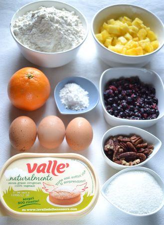 Ingredienti. Accendete il forno a 180 gradi. Lavate e asciugate i mirtilli (se freschi). Pulite l'ananas e tagliatelo a cubetti. Tritate non troppo finemente le noci nel mixer