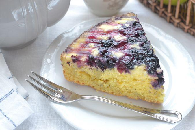 Sfornate, lasciate riposare 15 minuti nello stampo, poi rovesciate e liberate la torta su una gratella. Togliete il fondo, asportate la carta forno, lasciate raffreddare completamente e serviteBuoni dolci da KURI e da Vallé ♥