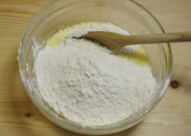 Unire l'uovo ed infine le farine ed il sale (setacciare sempre la farina!). Coprire la ciotola e riporre in frigo