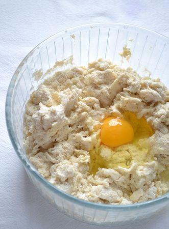 Versate farina e lievito in una ciotola capiente e mescolate bene. Unite la Vallé+Burro e sfregate tra i polpastrelli fino a formare un composto simile a briciole. Unite l'uovo, lo zucchero, lo yogurt, il latte, un cucchiaino di cannella e mescolate con una forchetta