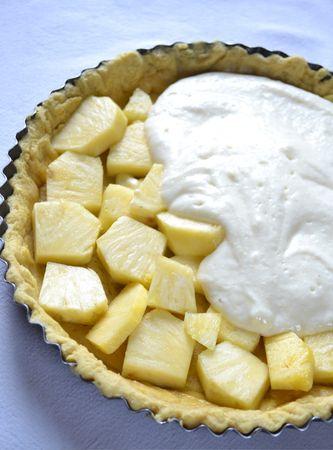 Disponete l'ananas a pezzi sulla base della crostata, poi coprite con la crema di ricotta e infornate per 35- 40 minuti, finché la crema sarà gonfia e dorata