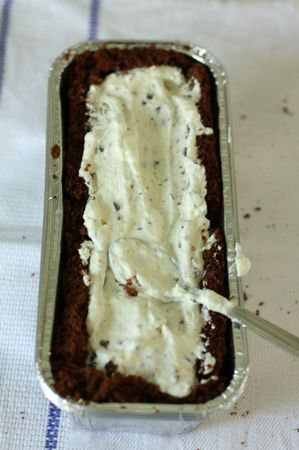 Composizione: Quando la torta si sarà raffreddata tagliare delle fette per foderare uno stampo da plumcake e riempirlo con la farcitura (panna e cioccolato). Il tutto dovrebbe bastare per 2 semifreddi.