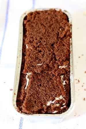 Ricoprire lo stampo con uno strato di torta al cioccolato (la base) e mettere in frigo per almeno 2 ore.