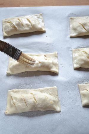Foderate una placca con carta forno; disponete i dolci sulla placca, spennellate con latte e spolverate con zucchero. Infornate per 15 minuti circa (o finché i dolci saranno dorati e gonfi)