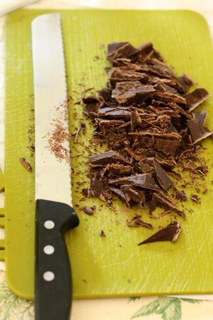 Spezzettare il cioccolato e scioglierlo nel latte messo precedentemente a riscaldare