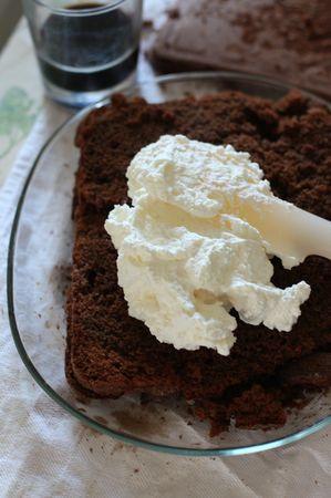 Quando la torta si sarà raffreddata tagliarla in due e distribuire all'interno la panna montata