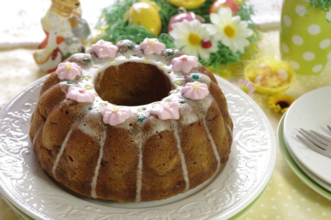 Versatela sulla ciambella e lasciate asciugare completate con fiorellini di zucchero.Buona Pasqua da Morena e da Vallé ♥