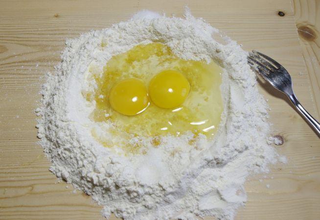 Ore 16.00: Preparare un lievitino sciogliendo il lievito nel latte. Aggiungere 10 gr di zucchero e 50 gr di farina. Coprire la ciotola e lasciare riposare circa 30 minuti o fino al raddoppio