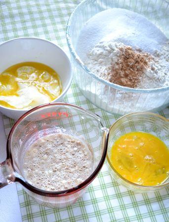 Fate intiepidire leggermente il latte (non deve essere troppo caldo) e mescolatelo al lievito, a un cucchiaio di zucchero e due di farina. Lasciate riposare coperto per 10-15 minuti; nel frattempo, fate sciogliere la margarina a bagnomaria o nel microonde, sbattete leggermente un uovo e, in una ciotola capiente, mescolate la farina con lo zucchero e la cannella