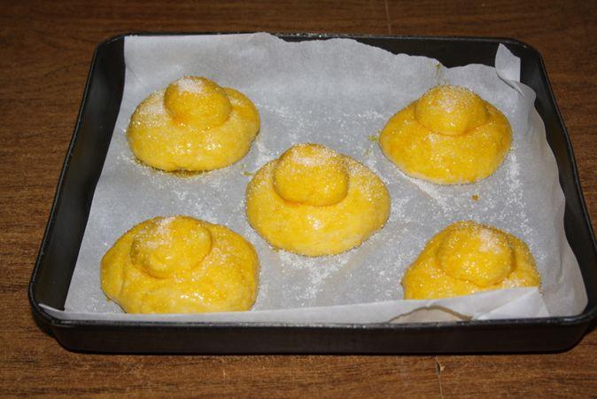 Spennellare le brioches con tuorlo d'uovo e cospargere di zucchero semolato. Infornare a 180° per circa 20minutiBuoni dolci da Ramona e da Vallé ♥