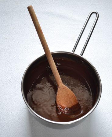 Sfornate, lasciate raffreddare per mezz'ora circa, togliete con cautela dallo stampo, mettete sulla gratella e lasciate raffreddare del tutto. Nel frattempo, fate sciogliere il cioccolato a bagnomaria, poi preparate un foglio di carta forno e disegnate linee a zig zag facendo cadere il cioccolato con un cucchiaio. Non devono essere linee regolari, dopo diventeranno i ramoscelli del nido perciò se sono irregolari va benissimo. Lasciate seccare il cioccolato