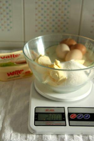 In una ciotola lavorare a crema la margarina e lo zucchero.