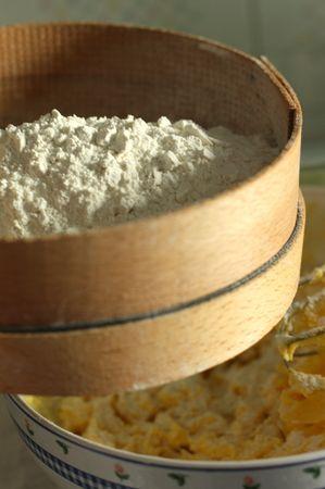 Mescolare farina, maizena e lievito e setacciarli direttamente nella ciotola e lavorare.