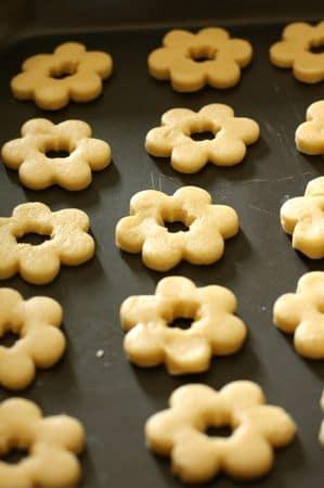 Stendere con un matterello una sfoglia alta almeno 5 mm e con le formine ricavare tanti biscotti