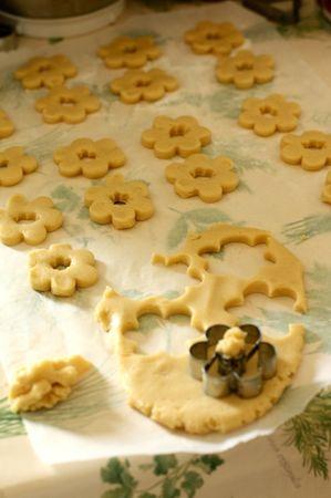 Disporre i biscotti su una placca. Infornare ad altezza media, a 180° per circa 10 minuti. Non devono colorarsi troppo
