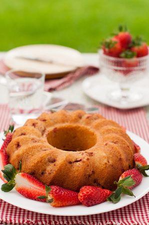 Le fragole rimaste le utilizzerete per la decorazione della torta. Buoni dolci da Laura e da Vallé ♥