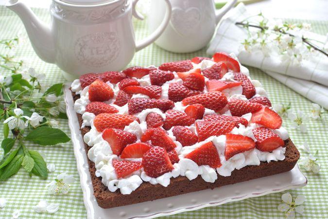 Se volete, coprite con l'altra metà di torta, spolverate con zucchero a velo e servite Buoni dolci da KURI e da Vallé ♥