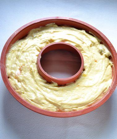 Ungete uno stampo da ciambella (diametro 24 cm) e versateci l'impasto. Infornate per 40-45 minuti, controllando la cottura con uno stecchino che, conficcato nella torta, ne deve uscire pulito. Sfornate e lasciate raffreddare per mezz'ora nello stampo, poi rovesciate con delicatezza sulla gratella e fate raffreddare del tutto