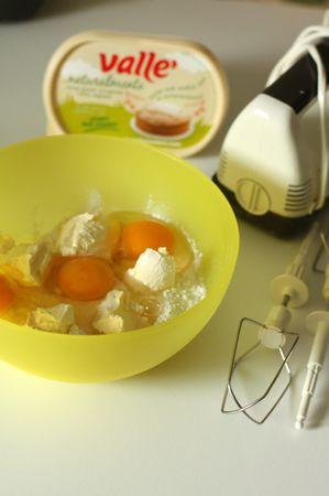 In una ciotola mescolare insieme la farina, lo zucchero, il lievito, la margarina, le uova e lavorare bene il composto