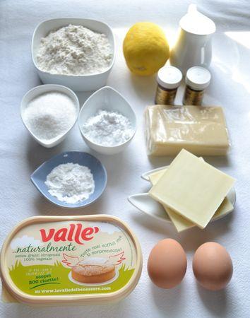 Gli ingredienti. Accendete il forno a 200 gradi. Mescolate farina e lievito e setacciate