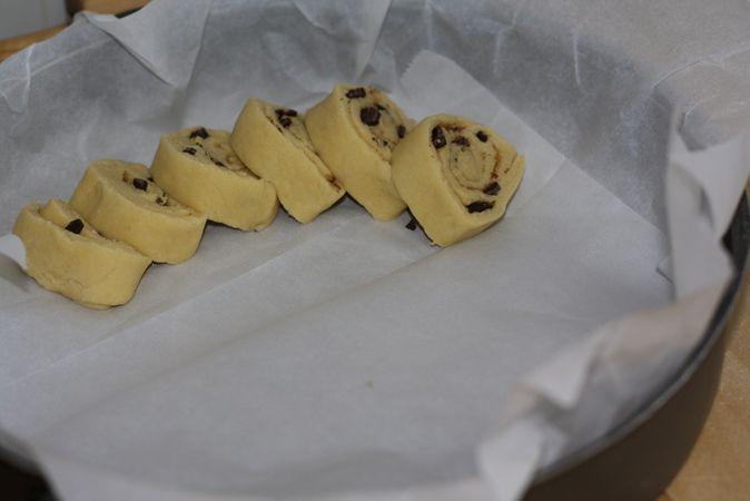 Stendere l'impasto formando un quadrato e spennarlo con Vallé, ricoprendolo poi di zucchero di canna e scaglie di cioccolato fondente foto