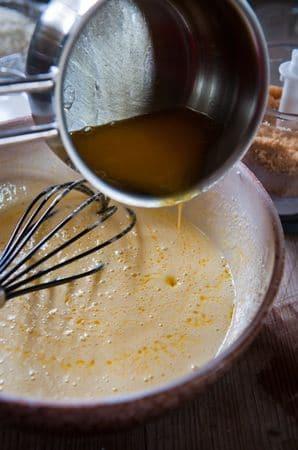 Far sciogliere a bagno maria la margarina e lasciarla intiepidire