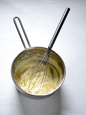 Fate scaldare il latte. Fate sciogliere la margarina in un pentolino dal fondo pesante, unite la farina e mescolate velocemente in modo da formare una salsina densa; unite il latte e continuate a mescolare sul fuoco basso fino a ottenere una besciamella piuttosto densa (ci vorranno pochi secondi se il latte è caldo). Spegnete il fuoco e lasciate raffreddare leggermente