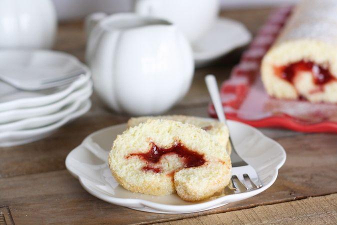 Lasciar raffreddare il rotolo e farcirlo con marmellata e cospargete di zucchero a veloBuoni dolci da Ramona e da Vallé ♥
