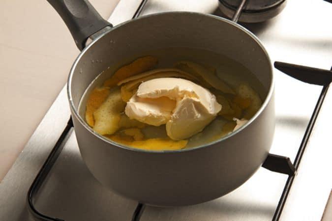 Fai bollire l'acqua con la buccia di 2 limoni (solo la parte gialla) e la margarina.