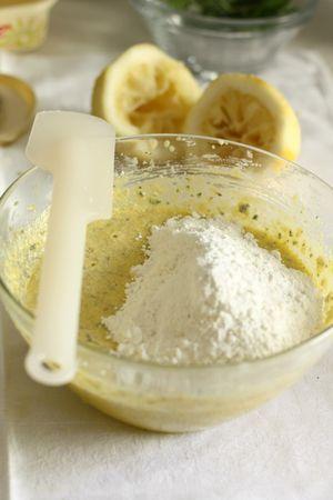 Aggiungere questi ingredienti solidi all'impasto e mescolare