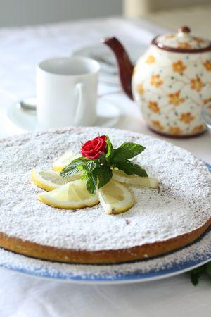 Servire cosparsa di zucchero a velo e guarnire con fette di limone e menta frescaBuoni dolci da Anna-Gentile e da Vallé ♥