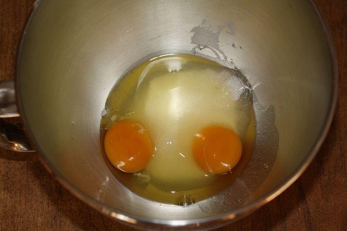 Lavorare le uova con lo zucchero (montatele con lo zucchero per almeno 5/10 minuti. L'impasto deve risultare molto soffice e spumoso)