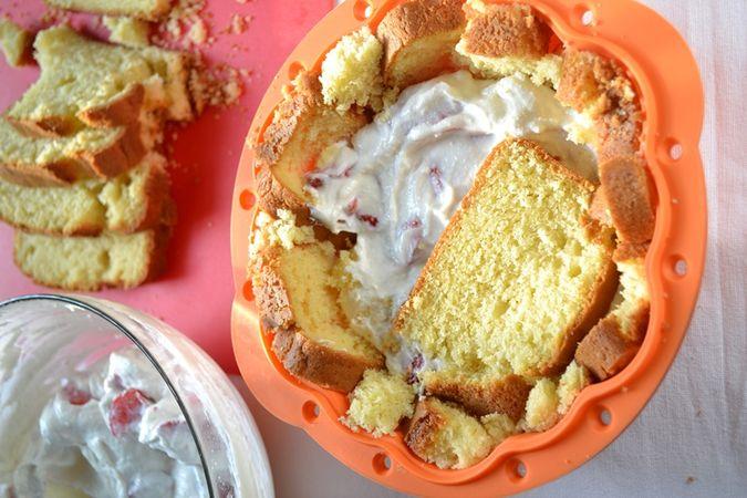 """Prendete uno stampo da budino o da soufflé (può essere decorato o liscio, di circa 20 cm di diametro e 10 di altezza) e foderatelo sul fondo e sui bordi con fette di  plumcake. Non temete se le fette si rompono e se il dolce sembra un pasticcio, in seguito si compatterà. Riempite gli spazi vuoti con ritagli di plumcake e schiacciate bene. Farcite con metà della crema, poi coprite con uno strato di fette di torta (in orizzontale) e coprite con la rimanente metà di crema. Fate un """"coperchio"""" con un ultimo strato di fette di torta, mettete un piatto sullo stampo e premete bene"""