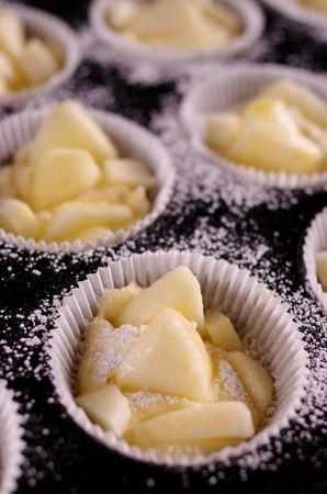 Dividere l'impasto in 15 pirottini, aggiungere dei pezzetti di mela e volendo cospargere con un po' di zucchero a velo