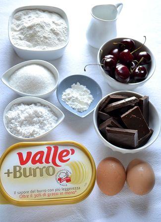 Gli ingredienti. Accendete il forno a 180 gradi. Ungete e infarinate uno stampo da bavarese adatto al forno (diametro 22 cm con foro centrale). Lavate le ciliegie e tagliatele in quarti liberandovi del nocciolo; mettetele in una ciotola, unite 2 cucchiai di farina e mescolate (la farina assorbirà i liquidi della frutta)