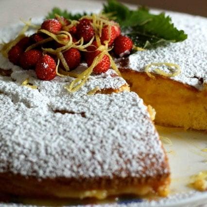 Torta soffice con crema al limone e fragoline
