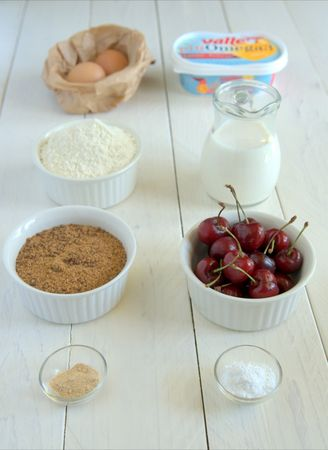 Gli ingredienti. Dividere gli ingredienti secchi da quelli liquidi in due ciotole
