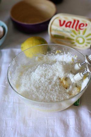 Grattugiare la scorza del limone direttamente nella ciotola dove aggiungerete anche la farina di cocco