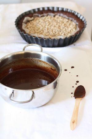 Nel frattempo spezzettare il cioccolato e scioglierlo in un tegamino dove avrete portato quasi a bollore la panna