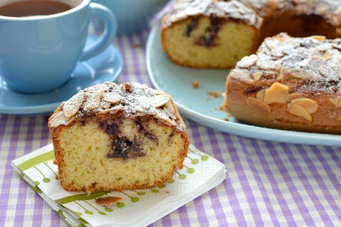 Lasciate raffreddare mezz'ora, poi sformate con estrema delicatezza (è una torta molto fragile) e mettete su una gratella. Quando la torta di è freddata, servite!Buoni dolci da KURI e da Vallé ♥