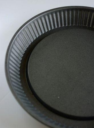 Imburrare ed infarinare uno stampo da crostata con fondo scanalato