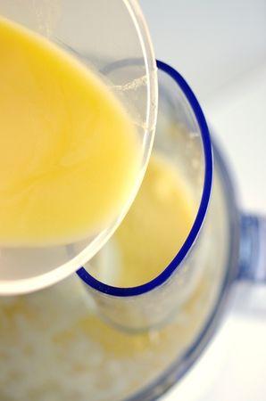 Avviare e lasciare frullare per bene per un paio di minuti quindi aggiungere in sequenza il succo di frutta, Vallé sciolta ma non fredda e la farina a cucchiaiate