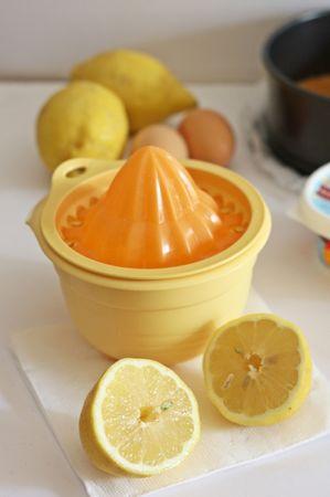 Spremere i limoni per il succo e grattugiare la buccia