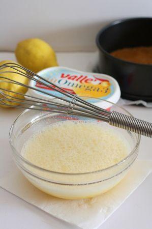 Con la frusta sbattere le uova, lo zucchero, il succo di limone e la scorza